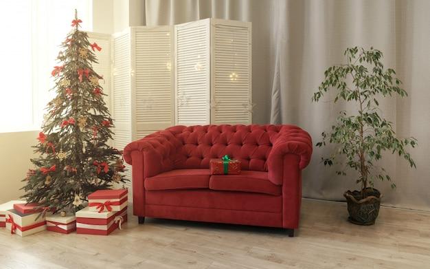Cajas de regalo debajo de árbol de navidad decorado y sofá rojo