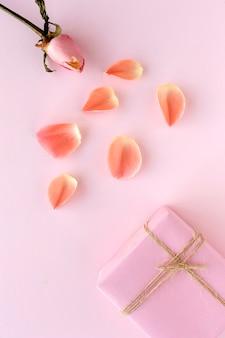 Cajas de regalo decoradas en colores de fondo