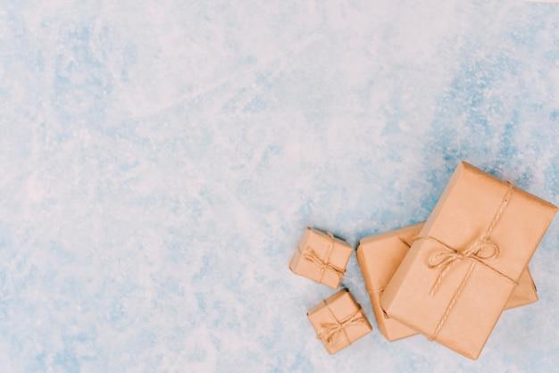 Cajas de regalo envueltas en hielo.