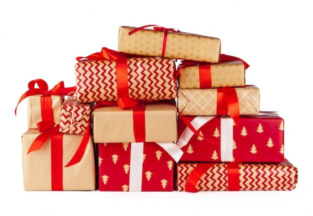 Cajas de regalo envueltas en papel artesanal aislado sobre fondo blanco.
