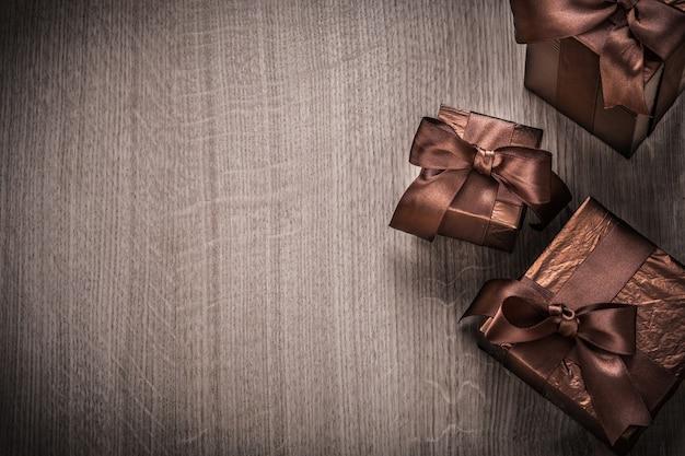 Cajas de regalo envueltas en papel brillante concepto de celebración