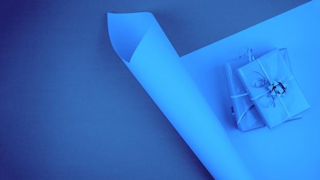 Cajas de regalo festivas en tonos de color azul.