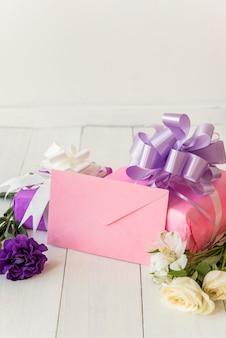 Cajas de regalo con flores y sobre.