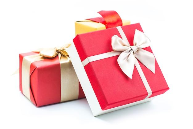 Cajas de regalo en el fondo blanco