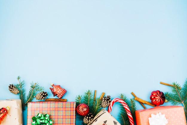 Cajas de regalo con juguetes brillantes.