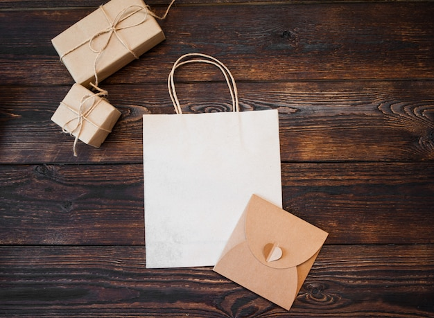 Cajas de regalo kraft maqueta con paquete sobre madera