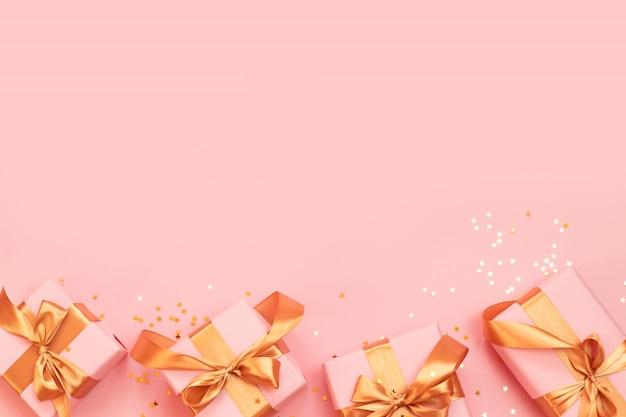 Cajas de regalo con lazos dorados