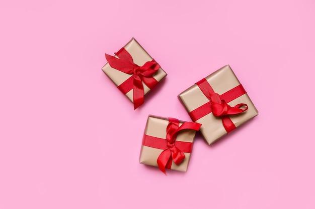 Cajas de regalo con lazos rojos. día de san valentín, aniversario de cumpleaños, regalos para año nuevo y navidad. diseño