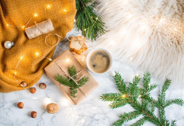Cajas de regalo de navidad decoración decoración natural concepto de año nuevo cono de pino piel árbol brunch nueces