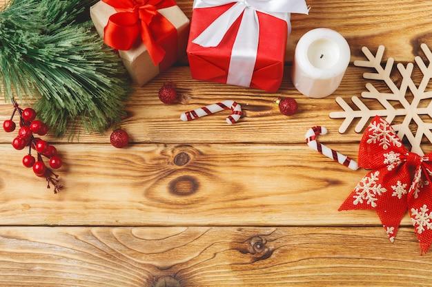 Cajas de regalo de navidad envueltas con cintas en la mesa