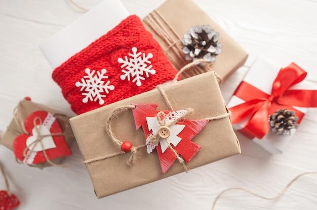 Cajas de regalo de navidad kraft con juguetes de madera de navidad en madera