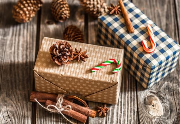Cajas de regalo de navidad en mesa de madera