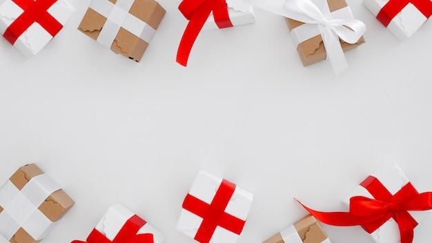 Cajas de regalo de navidad sobre un fondo blanco con espacio de copia