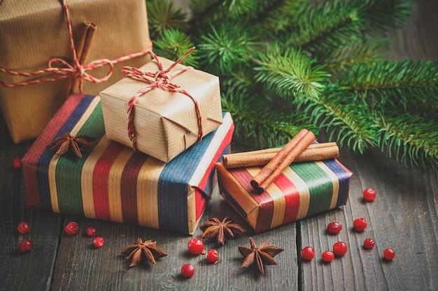 Cajas de regalo navideñas con decoración
