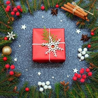 Cajas de regalo navideñas hechas a mano decoradas con papel rojo y copos de nieve blancas.