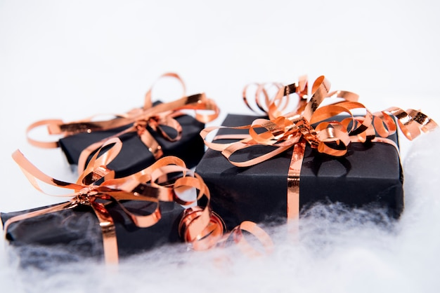 Cajas de regalo negras con cinta dorada