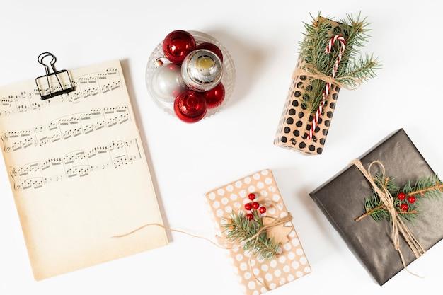 Cajas de regalo con notas musicales en mesa.