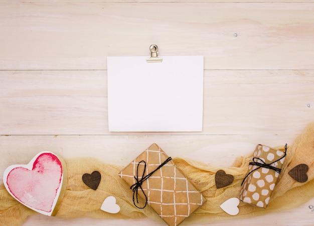 Cajas de regalo con papel en blanco y corazón.