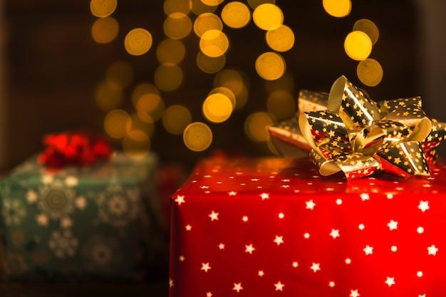 Cajas de regalo en papel cariño con lazos.