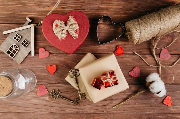 Cajas de regalo con pequeños corazones en mesa