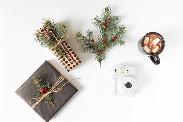 Cajas de regalo con ramas de abeto y taza de café.