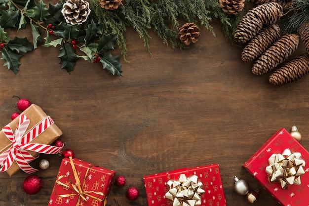 Cajas de regalo con ramas de acebo y conos.