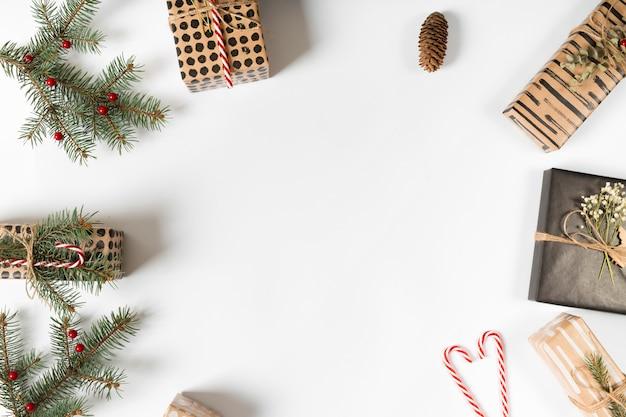 Cajas de regalo con ramas verdes y bastones de caramelo.