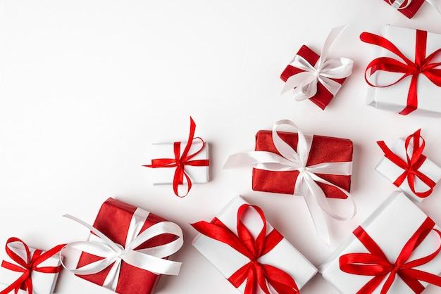 Cajas de regalo rojas y blancas en la vista superior de fondo blanco felices fiestas día de san valentín cumpleaños feliz navidad y próspero año nuevo