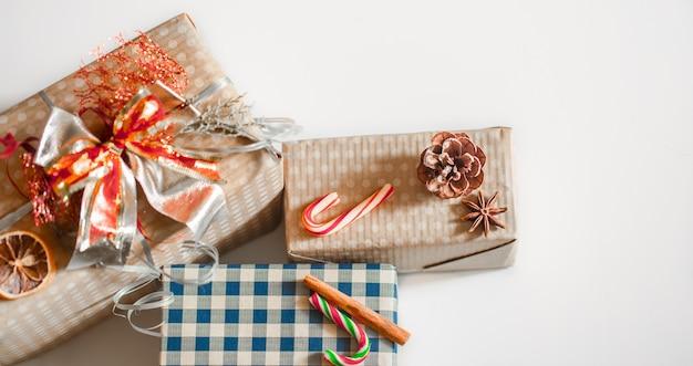 Cajas de regalo sobre fondo blanco.