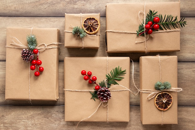 Cajas de regalo sobre fondo de madera
