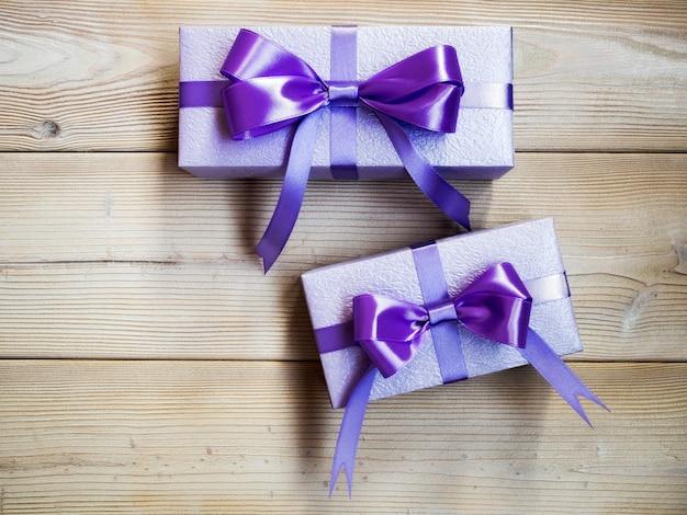Cajas de regalo en el tablero de madera