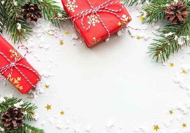 Cajas de regalo de vacaciones de navidad sobre fondo blanco.