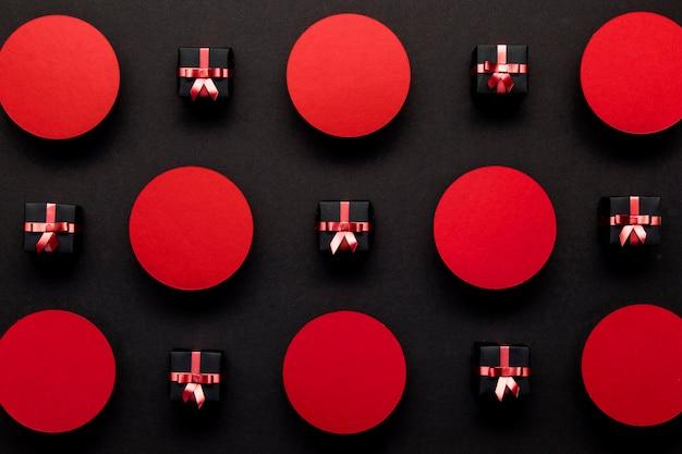 Cajas de regalo de viernes negro y puntos rojos.