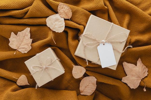 Cajas de regalo de vista superior en manta
