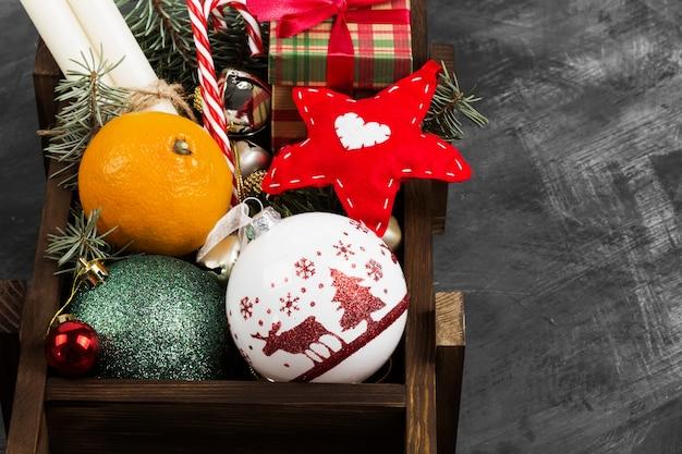 Cajas con regalos para navidad en la oscuridad