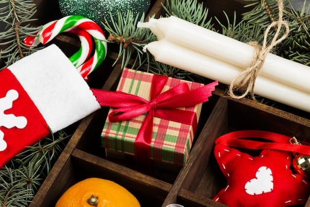 Cajas con regalos para navidad y varios atributos de vacaciones en la oscuridad