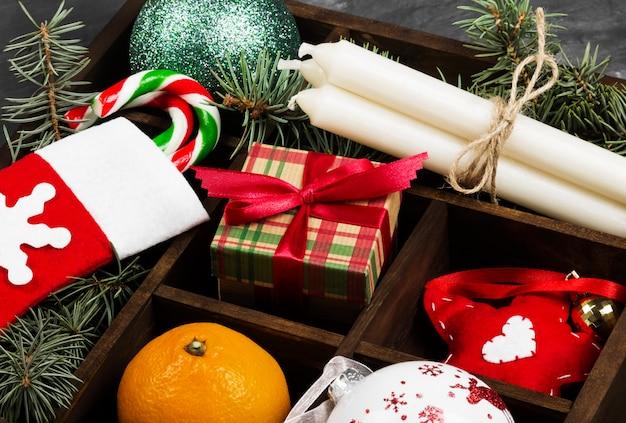 Cajas con regalos para navidad y varios atributos para vacaciones