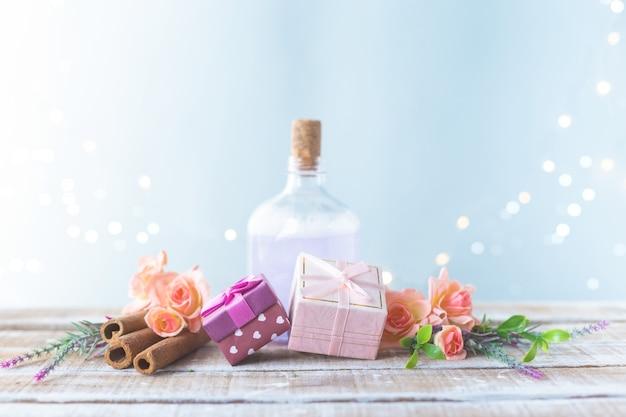 Cajas con regalos, un ramo de flores, aceite cosmético. día de la mujer, concepto del día de la madre