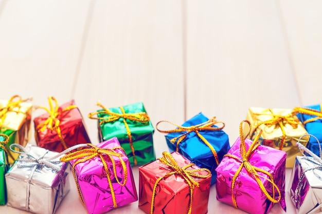 Cajas con regalos en tablas de madera clara
