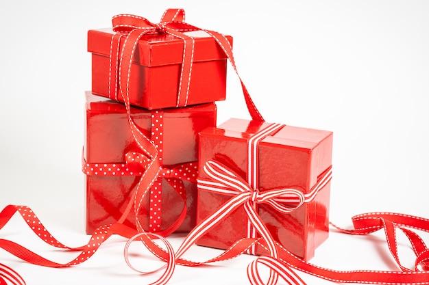 Cajas rojas con regalos