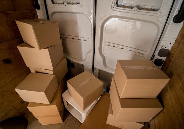 Cajas de transporte dentro del minibús cerca de las puertas.