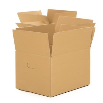 Cajas vacías y abiertas en el blanco