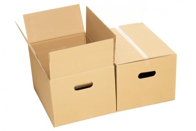 Cajas vacías y cerradas en el blanco