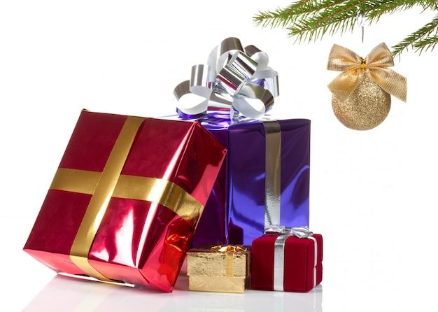 Cajas de varios colores con regalos de navidad
