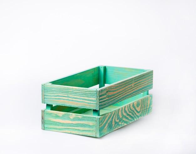 Cajón de madera vacío aislado sobre fondo blanco.