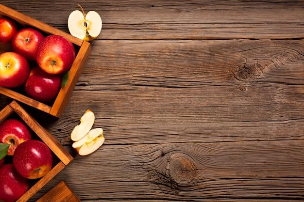 Cajón plano con manzanas maduras con copyspace.