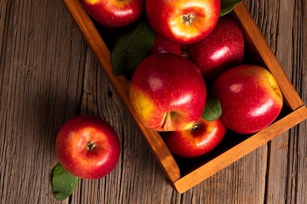 Cajón plano de primer plano con manzanas maduras