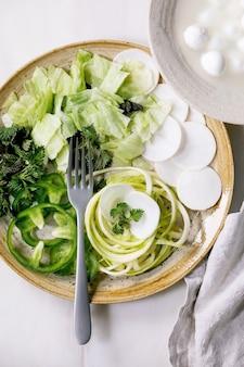 Calabacín de espagueti de hierbas y verduras crudas verdes frescas