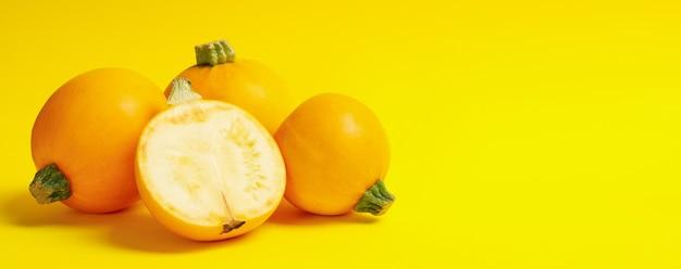 Calabacín redondo sobre amarillo