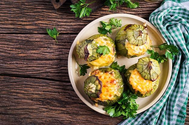 Calabacín relleno de carne picada, queso y hierbas verdes